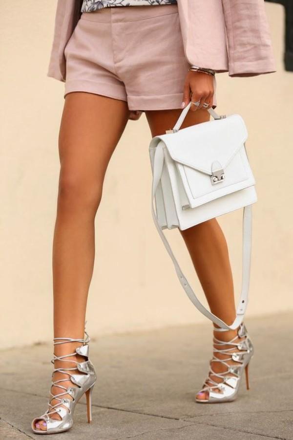 Hè này, bạn đã sắm cho mình 1 chiếc túi màu trắng?