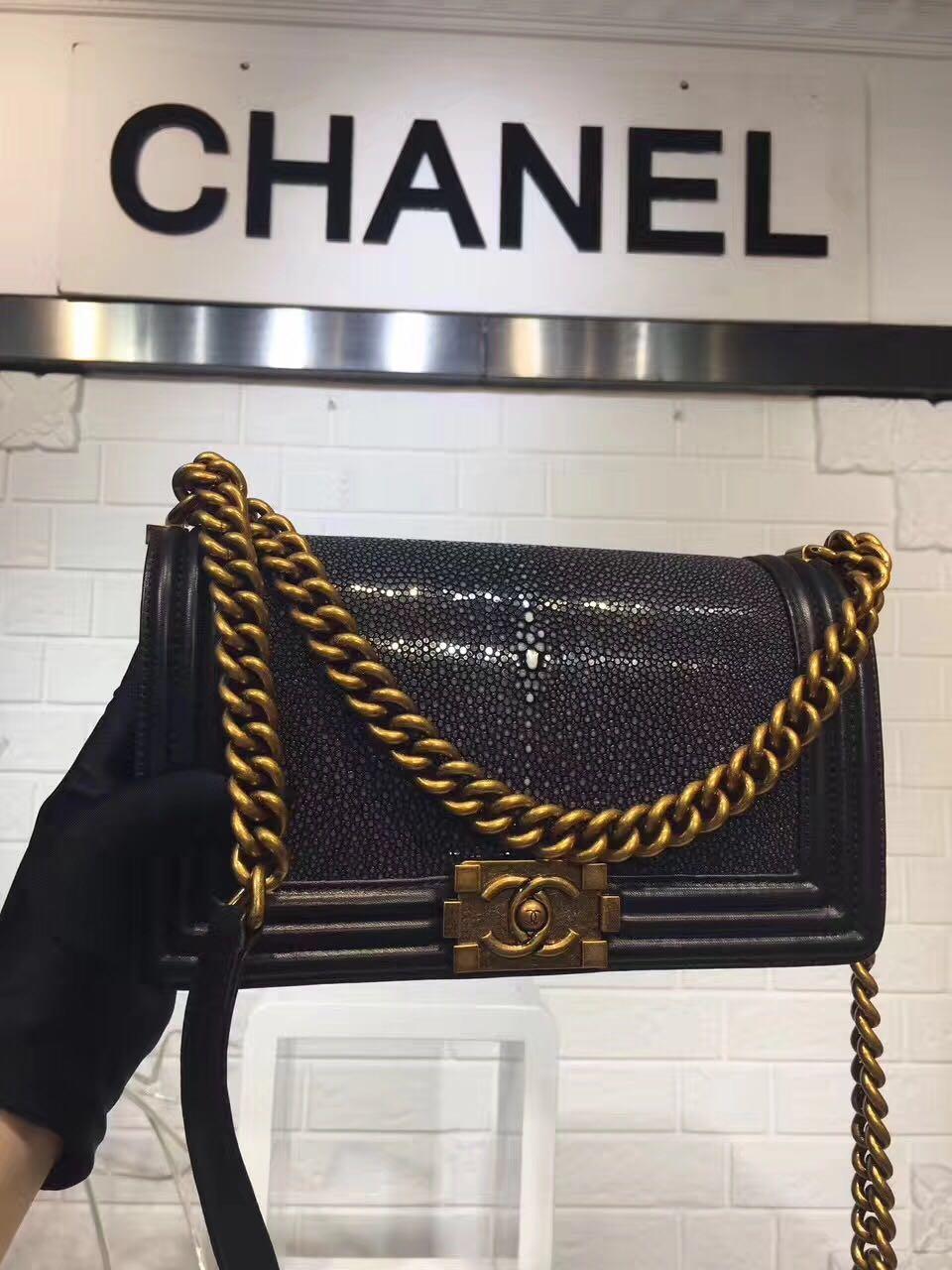 Túi Xách Chanel Boy Siêu Cấp Da Cá Đuối Khóa Vàng