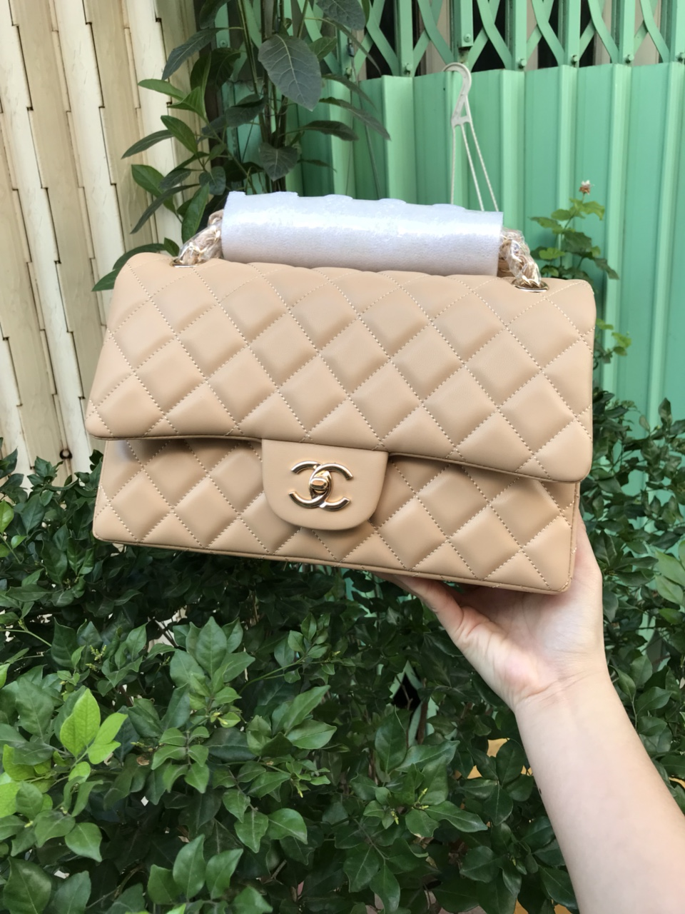 Túi Xách Chanel Classic Super Sale Da Lì Khóa Vàng Màu Kem